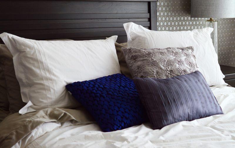 l 39 oreiller am ricain rectangulaire bon pour le dos et les cervicales. Black Bedroom Furniture Sets. Home Design Ideas